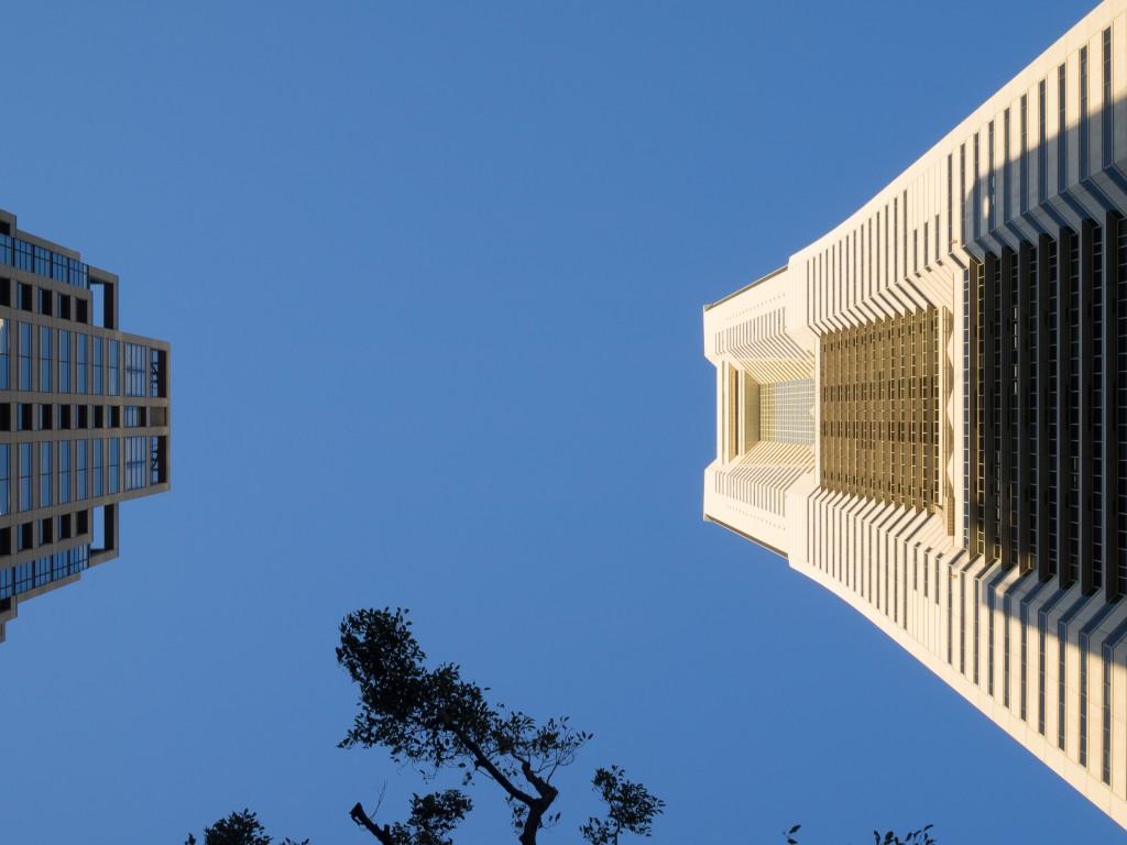 向かい合うランドマークタワー