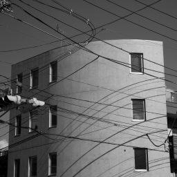 日本に電線あり。